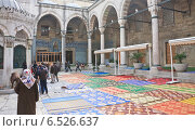 Внутренний двор  Новой Мечети (Йени Джамии, Yeni Camii), Стамбул (2014 год). Редакционное фото, фотограф Николай Коржов / Фотобанк Лори