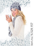 Pretty blonde in winter fashion holding mug. Стоковое фото, агентство Wavebreak Media / Фотобанк Лори
