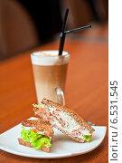 Купить «Бутерброд с сыром, лососем и овощами с кофе-латте», фото № 6531545, снято 29 апреля 2014 г. (c) Jan Jack Russo Media / Фотобанк Лори