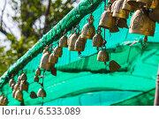 Купить «Традиционные азиатские колокольчики в храме Большого Будды, Таиланд, Пхукет», фото № 6533089, снято 14 февраля 2013 г. (c) Олег Жуков / Фотобанк Лори