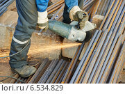 Купить «worker cutting rebar by grinding machine», фото № 6534829, снято 8 октября 2014 г. (c) Дмитрий Калиновский / Фотобанк Лори