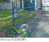 Купить «Велосипедный паркинг», эксклюзивное фото № 6534981, снято 13 октября 2014 г. (c) Svet / Фотобанк Лори