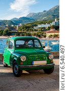 Маленькая зеленая машина на набережной (2014 год). Стоковое фото, фотограф Татьяна Мирохина / Фотобанк Лори