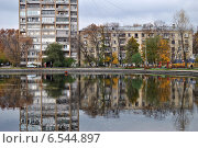 Купить «Жилые дома на берегу Егерского пруда в Москве осенью», эксклюзивное фото № 6544897, снято 14 октября 2014 г. (c) lana1501 / Фотобанк Лори
