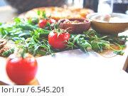 Грузинская кухня. Томаты и зелень, фон. Стоковое фото, фотограф Андрей Гашев / Фотобанк Лори