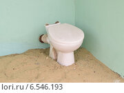 Купить «Старый унитаз на песке в углу у зеленой стены», фото № 6546193, снято 3 октября 2014 г. (c) Дмитрий Савостин / Фотобанк Лори