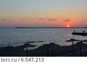 Купить «Вид на Черное море и маяк морского порта Сочи на фоне заходящего солнца со стороны набережной», фото № 6547213, снято 12 сентября 2014 г. (c) Александр Замараев / Фотобанк Лори