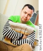 Портрет мужчины на диване. Стоковое фото, фотограф Дарья Филимонова / Фотобанк Лори
