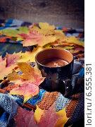 Чашка кофе с осенними листьями на теплом шарфе. Стоковое фото, фотограф Светлана Витковская / Фотобанк Лори