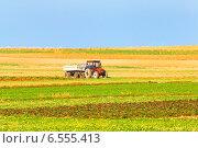 Купить «Трактор в поле», фото № 6555413, снято 2 августа 2012 г. (c) yeti / Фотобанк Лори