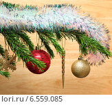 Блестящие новогодние украшения на елке. Стоковое фото, фотограф Михаил Коханчиков / Фотобанк Лори