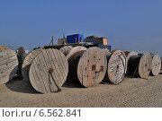 Катушки электрического кабеля на открытом складе (2013 год). Редакционное фото, фотограф Денис Нечаев / Фотобанк Лори