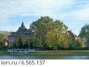 Купить «Красивые дома на набережной, озеро Верхнее. Калининград», эксклюзивное фото № 6565137, снято 19 октября 2014 г. (c) Svet / Фотобанк Лори