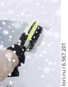 Купить «closeup of man cleaning snow from car», фото № 6567201, снято 16 января 2014 г. (c) Syda Productions / Фотобанк Лори