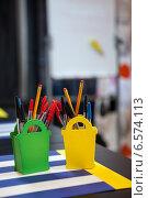 Купить «Карандаши и ручки на столе», фото № 6574113, снято 28 августа 2014 г. (c) Кекяляйнен Андрей / Фотобанк Лори