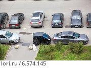 Купить «Небольшой автомобиль, припаркованный на тротуаре», фото № 6574145, снято 28 августа 2014 г. (c) Кекяляйнен Андрей / Фотобанк Лори
