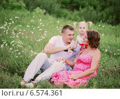 Купить «happy family outdoors», фото № 6574361, снято 9 августа 2014 г. (c) Майя Крученкова / Фотобанк Лори