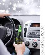 Купить «close up of man drinking alcohol while driving car», фото № 6575137, снято 26 июня 2013 г. (c) Syda Productions / Фотобанк Лори