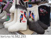 Купить «Уличная торговля валенками», эксклюзивное фото № 6582293, снято 8 февраля 2014 г. (c) Наталья Горкина / Фотобанк Лори