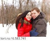 Купить «Портрет счастливой молодой пары в зимнем парке», фото № 6583741, снято 30 января 2013 г. (c) Дарья Петренко / Фотобанк Лори