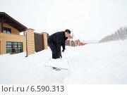 Купить «Man cleans snow shovel», фото № 6590313, снято 13 октября 2013 г. (c) Гладских Татьяна / Фотобанк Лори