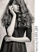 Черно-белый портрет девушки с кудрявыми волосами. Стоковое фото, фотограф Яна Застольская / Фотобанк Лори