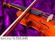 Купить «Скрипка со смычком на фиолетовом фоне», фото № 6593645, снято 27 октября 2014 г. (c) Павел Лиховицкий / Фотобанк Лори