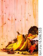 Купить «Тыквы на деревянном фоне», фото № 6596533, снято 27 октября 2014 г. (c) Дмитрий Бодяев / Фотобанк Лори