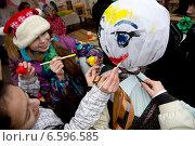 Купить «Семья делает куклу Масленицы в масленичную неделю на Кузнецком мосту в центре города Москвы», фото № 6596585, снято 24 февраля 2014 г. (c) Николай Винокуров / Фотобанк Лори