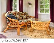Плетеная мебель в летнем домике. Интерьер гостиной. Стоковое фото, фотограф Валерия Попова / Фотобанк Лори
