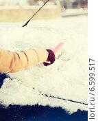 Купить «woman cleaning snow from car back window», фото № 6599517, снято 16 января 2014 г. (c) Syda Productions / Фотобанк Лори