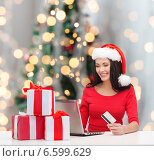Купить «smiling woman with gifts, laptop and credit card», фото № 6599629, снято 20 октября 2013 г. (c) Syda Productions / Фотобанк Лори