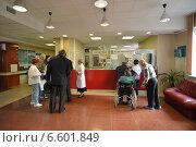 Купить «Пациенты в регистратуре поликлиники», эксклюзивное фото № 6601849, снято 29 октября 2014 г. (c) Володина Ольга / Фотобанк Лори