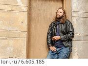 Молодой человек с длинными волосами и бородой слушает музыку. Стоковое фото, фотограф Ilie-Cristian IONESCU / Фотобанк Лори