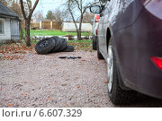 Четыре колеса с летней резиной во дворе дома после установки колес с зимней резиной. Стоковое фото, фотограф Кекяляйнен Андрей / Фотобанк Лори