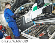 repairman servicing auto car. Стоковое фото, фотограф Дмитрий Калиновский / Фотобанк Лори