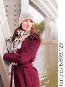 Девушка осенью гуляет под мостом. Стоковое фото, фотограф Алёна Герасимова / Фотобанк Лори