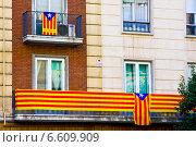 Эстелада — неофициальный флаг каталонских земель. Является символом борьбы за независимость Каталонии (2014 год). Редакционное фото, фотограф Papoyan Irina / Фотобанк Лори