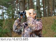 Купить «Мужчина смотрит в бинокль в лесу», эксклюзивное фото № 6613685, снято 26 августа 2014 г. (c) Елена Коромыслова / Фотобанк Лори