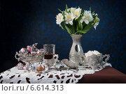 Стакан чая с конфетами и сахарницей. Стоковое фото, фотограф Рсавин Сергей / Фотобанк Лори