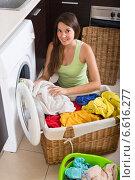 Купить «Woman with linen basket», фото № 6616277, снято 16 августа 2014 г. (c) Яков Филимонов / Фотобанк Лори