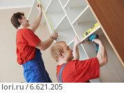 Wardrobe joiners at installation work. Стоковое фото, фотограф Дмитрий Калиновский / Фотобанк Лори