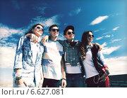 Купить «group of teenagers outside», фото № 6627081, снято 20 июля 2013 г. (c) Syda Productions / Фотобанк Лори