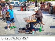 Купить «Уникальный музыкант, играющий на стеклянных рюмках с водой», фото № 6627457, снято 2 мая 2014 г. (c) Parmenov Pavel / Фотобанк Лори