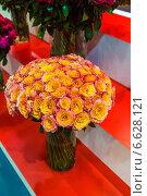 Большой букет чайных роз в вазе. Стоковое фото, фотограф Ольга Сейфутдинова / Фотобанк Лори