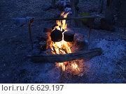 Котелок и чайник на костре. Стоковое фото, фотограф Вадим Батаев / Фотобанк Лори