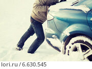 Купить «closeup of man pushing car stuck in snow», фото № 6630545, снято 16 января 2014 г. (c) Syda Productions / Фотобанк Лори