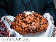 Купить «Мужчина держит в руках каравай. Встреча хлебом и солью», эксклюзивное фото № 6631509, снято 20 сентября 2014 г. (c) Игорь Низов / Фотобанк Лори