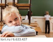 Купить «Скучающий мальчик за партой в школе», фото № 6633437, снято 20 октября 2014 г. (c) Владимир Мельников / Фотобанк Лори