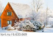 Купить «Бревенчатый дом зимой - дача», фото № 6633669, снято 7 декабря 2010 г. (c) Татьяна Кахилл / Фотобанк Лори